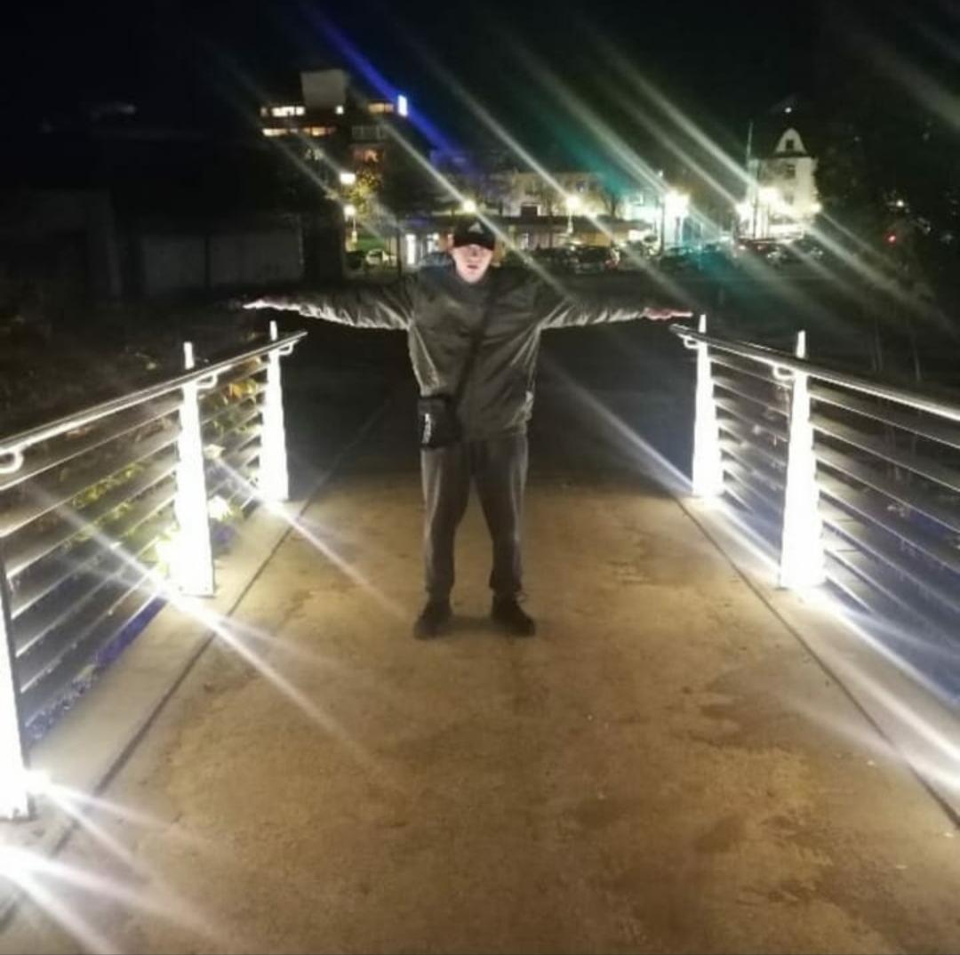 Nächtliche Brücke neben dem Denkmal am Jugendzentrum
