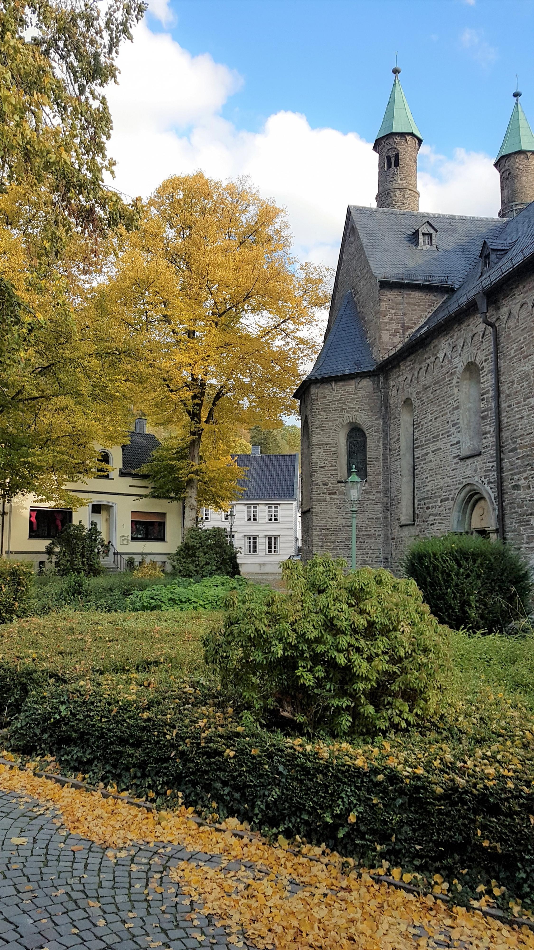 herbstlicher Kirchplatz